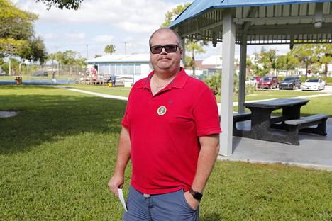 Jerry Puranen oli pukeutunut vaalipäivänä republikaanisen puolueen punaisiin väreihin.