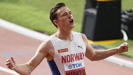 Karsten Warholm juhlii 400 metrin aitojen MM-kultaa.