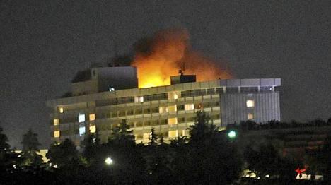 Kabulin Intercontinental-hotelli syttyi tuleen taleban-sissien hyökkäyksessä.