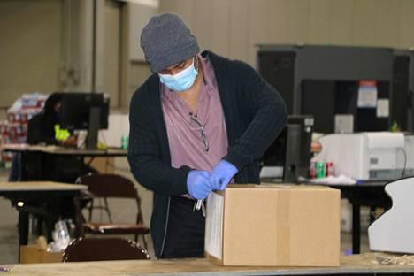 Vaalivirkailija avasi äänestyslippuja sisältävää laatikkoa Atlantan uudelleenlaskennassa tiistaina.
