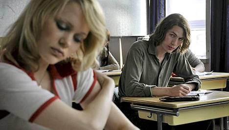 Syrjäänvetäytyvä Välde (Mikko Neuvonen) on salaa rakastunut luokkansa näteimpään tyttöön Pikeen (Sanni Kurkisuo).