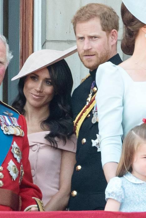 Meghan ja Harry poseerasivat muun perheen kanssa palatsin parvekkeella.