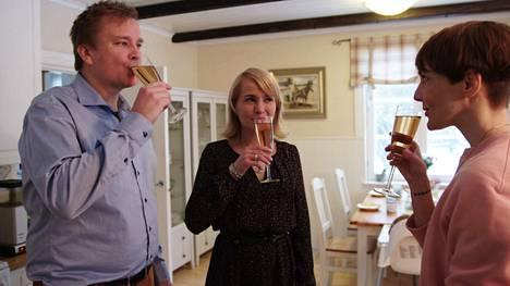 Tuoreet sijaislapsen vanhemmat Antti Kaikkonen ja Satu Taiveaho kutsuivat Maria Veitolan yökylään Kellokoskelle.