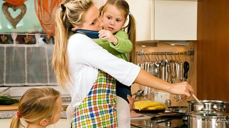 Monet äidit kantavat valtavaa syyllisyyttä, jos kaikki kotona ei suju. Kuvituskuva.