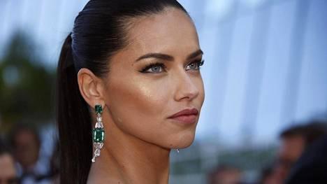 Adriana Liman hiukset olivat Cannesissa simppelisti ponnarilla.