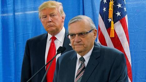 Donald Trump kuunteli, kun Joe Arpaio puhui toimittajille Marshalltownissa 26. tammikuuta 2016.