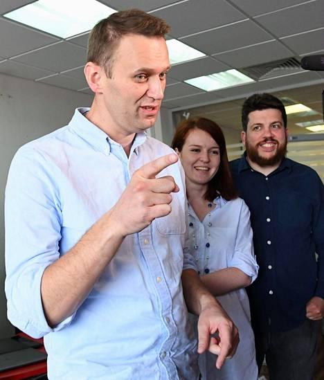 Kira Jarmysh ja Leonid Volkov (oik.) kuuluvat Aleksei Navalnyin lähimpiin avustajiin. Volkov on tällä hetkellä maanpaossa Liettuassa.