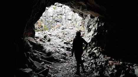 Mustavuoresta löytyvästä luolasta oli tarkoitus tehdä miehistösuoja. Massiivisen kokoinen luola on poikkeuksellinen Helsingissä.