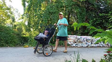 Suomalaismies on rakentanut entisestä kävelykärrystään lastenrattaat. Paikalliset ihmettelevät sitä, että hän työntelee poikaansa rattaissa, sillä maan tapoihin ei kuulu viedä lapsia vaunulenkille.