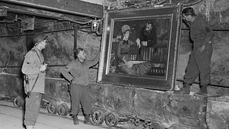 Amerikkalaissotilaat tutkivat natsien varastamaa ja kaivokseen piilottamaa Edouard Manetin taideteosta Saksan Merkersissä 15. huhtikuuta 1945.
