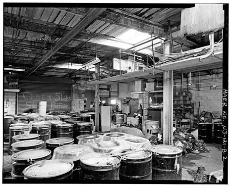 Kuva hylätystä tehtaasta.