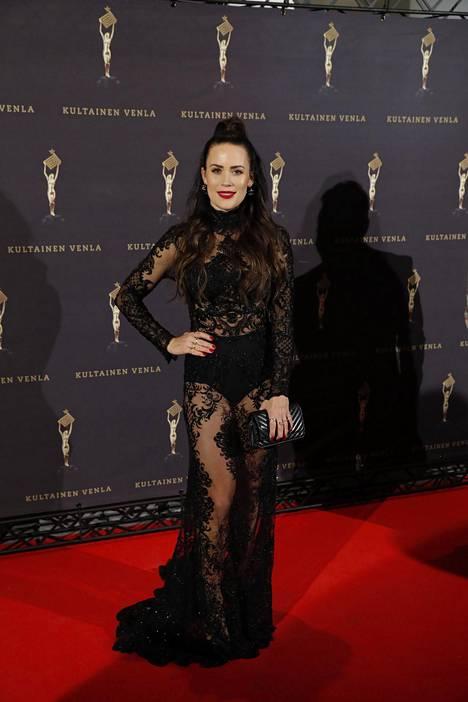 Martina Aitolehti poseerasi kameroille trendikkäässä mustassa pitsipuvussa.