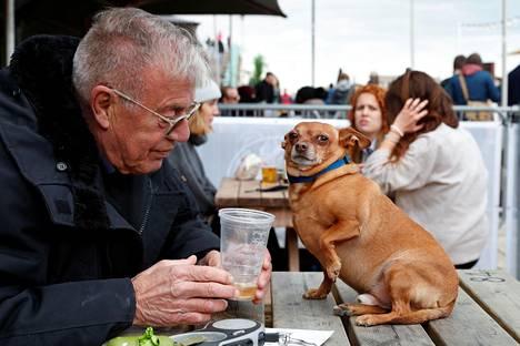 Mies lähti koiransa kanssa kaljalle.