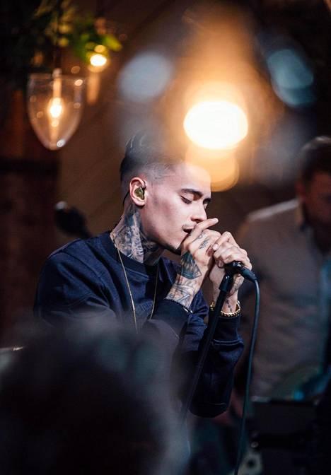 Mikaelin tatuoinnit tuovat oman lisänsä artistin tyyliin.