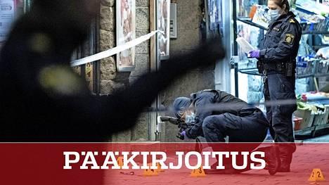 Tässä kuoli 15-vuotias. Poliisin rikostutkijat tallensivat jälkiä Malmön Möllevagnstorgetilla sunnuntaina.