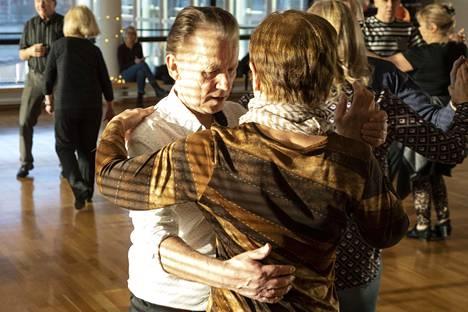 – Tanssi on sellainen, että siinä ollaan aika lähekkäin, Raimo Simonen sanoo.