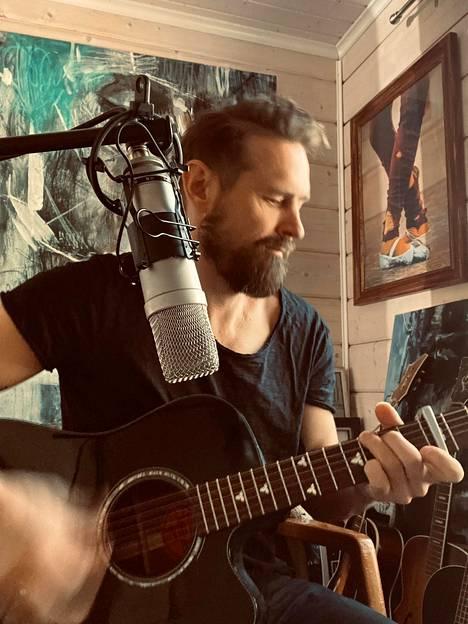 Lauri Tähkä innostui siitä, kuinka moni artisti lähti projektiin mukaan.