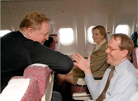 Presidentti Martti Ahtisaari keskusteli Ollilan kanssa Kiinan matkan kokemuksista presidentin ja liikemiesvaltuuskunnan paluulennolla vuonna 1996.