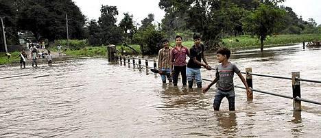 Intiassa Madhya Pradeshin piirikunnassa sijaitsevassa Amravad Kalanissa tulva oli peittänyt joen yli vievän sillan.