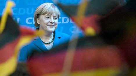Angela Merkel juhlii kannattajiensa edessä.
