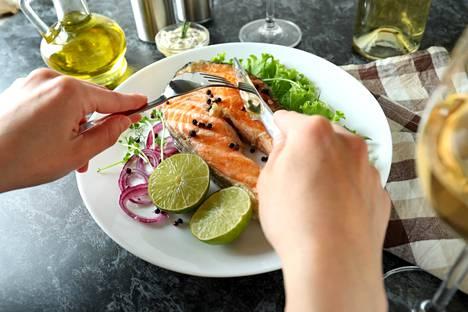 Valitse lihan sijasta kalaa. Kaikkien kalojen rasvat ja proteiinit ovat terveydelle hyödyllisiä, mutta kalalajeja tulisi vaihdella haitallisten kertymien vähentämiseksi. Savustettua ja runsassuolaista kalaa tulisi käyttää vain harvoin.