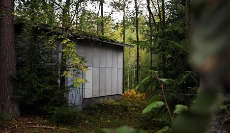 Tämä koppi oli suojattu korkealla piikkilanka-aidalla, kun Eija Eloranta kulki sen ohi koulumatkoillaan 1960-luvulla.