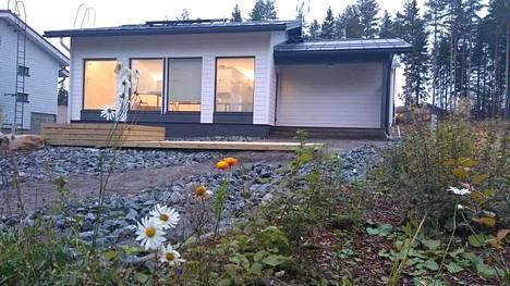 Hannes Nurminen rakensi 43-neliöisen talon Tampereen Annalaan 600 neliömetrin vuokratontille 3000 euron neliöhintaan.