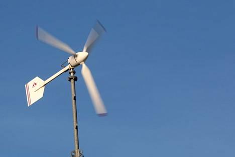 Rakennuksessa on 5 kW:n tuulivoimala.