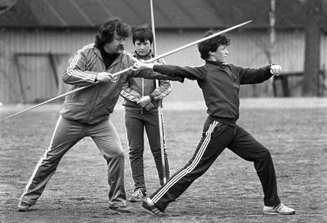 Jorma Kinnunen opetti Kimmolle keihään oikeaa lähtökulmaa vuonna 1983. Jarkko seurasi tarkkana taustalla.