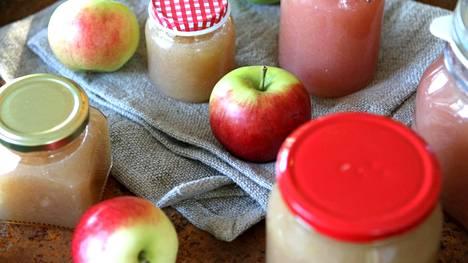 Sokerittoman omenahillon purkitus onnistuu parhaiten pieniin lasipurkkeihin, joissa on metallinen kansi.