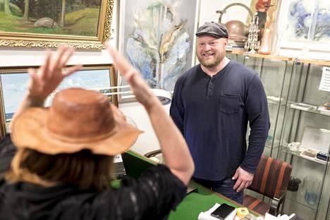 Hattu päästä ja myyntiin. Irwinin hatun huutokauppaan tuonut nainen kokeili viimeisen kerran noin 30 vuotta suvulla ollutta päähinettä. Huutokauppayrittäjä Sami Taustila uskoo hatun aitouteen.