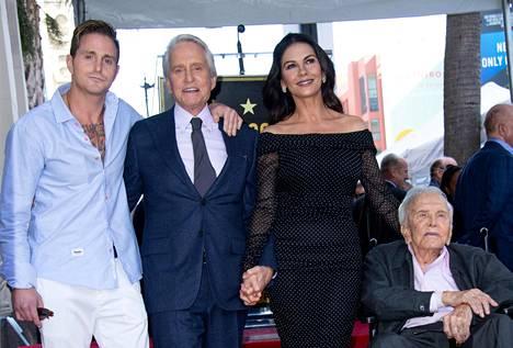 Cameron Douglas, Michael Douglas, Catherine Zeta-Jones ja Kirk Douglas juhlistivat yhdessä vuonna 2018 Michael Douglasin saamaa tähteä Hollywoodin Walk of Famelle.