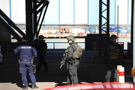 Poliisit pysäyttivät laivasta poistuvien autojen kuljettajia.