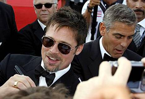 Hollywood-tähdet Brad Pitt ja George Clooney joutuivat punaisella matolla jakamaan lukuisia nimikirjoituksia.