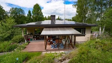 Lasse Tuomalan katto peittyi vuosi sitten aurinkopaneeleilla.