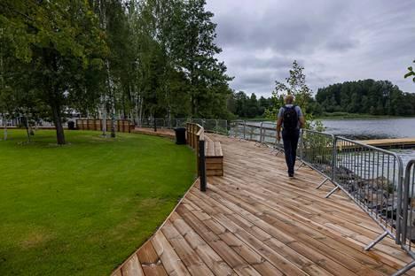 Työt pusikkoisella joutomaalla aloitettiin vuonna 2017, ja nyt asuntomessualueen ja Lohjanjärven väliin jää kävelytie, jonka varrella oleville penkeille voi istahtaa ihailemaan järvimaisemaa.