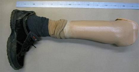 Pommimiehen oikean jalan proteesi, josta on viilattu pois sarjanumero.