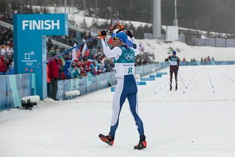 Nämä kuvat eivät unohdu. Iivo Niskanen juhli kuninkuusmatkan olympiakultaa, kun pettynyt Aleksandr Bolshunov lasketteli vasta maaliin.