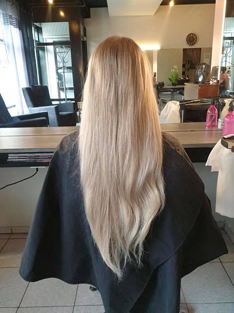 –Jos yhtään pohdituttaa, suosittelen rohkeasti kokeilemaan permistä niihin perehtyneen kampaajan kanssa, luonnostaan suoratukkainen Wilma sanoo. Tältä hiukset näyttivät ennen.