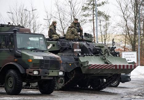 Saksalaisjoukkoja nousemassa junaan Saksan Grafenwöhrissä tammikuun lopussa. Joukot sijoitettiin Liettuan Nato-joukkoihin. Nato on lisännyt joukkojaan Liettuan lisäksi Virossa, Latviassa ja Puolassa.