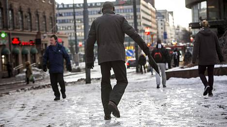 Jääksi tiivistynyt lumi on yhdessä vesisateen kanssa todella liukas yhdistelmä. Nyt kannattaakin katsoa tarkkaan mihin tulee astuttua.