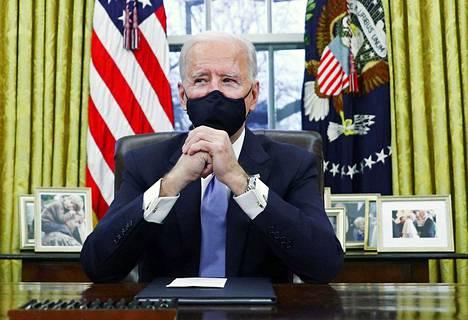 Joe Biden uusi Oval Officen verhot.