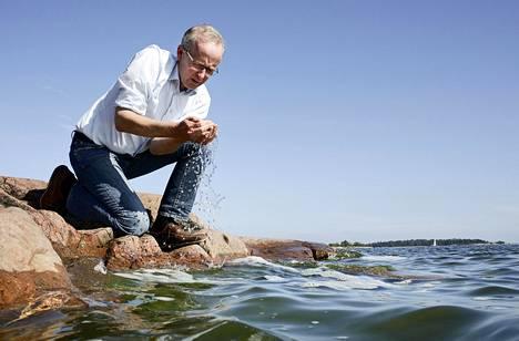 Suomen ympäristökeskuksen erikoistutkija Seppo Knuuttilan mukaan Itämeren rehevöityminen johtuu ihmisen toiminnasta. Hän kiistää väitteet suolapulssien esiintyvyyden ja voimakkuuden heikkenemisestä.