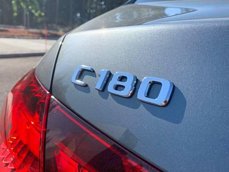 Mercedes-Benzienkään mallimerkinnät eivät ole enää pitkään aikaan kertoneet kovin suoraviivaisesti esimerkiksi moottorin iskutilavuudesta. Uudessa C-sarjassa 180 tarkoittaa yhtä kuin kevythybridöityä 1,5-litraista bensiinimoottoria.