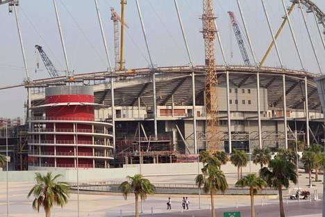 Qatarin Dohassa rakennettiin jalkapallostadionia epäinhimillisessä kuumuudessa vuoden 2022 MM-turnausta varten.