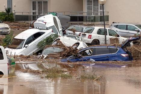 Myrskyn riepottelemia autoja Sant Llorencissa.