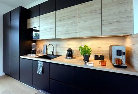 Vaalean puun ja mustan yhdistelmää näkyi tänä vuonna asuntomessuilla paljon. Kohteen 14 keittiö on yhdistelmän malliesimerkki.