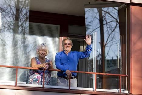 Suosikkijuontaja Jorma Pulkkinen ja hänen vaimonsa Anna-Liisa Pulkkinen kuvattiin viime huhtikuussa 70+-koronakaranteenin aikana kotiparvekkeella Vantaalla.