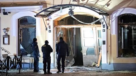 Poliisit tutkivat räjähdystä yökerhon edustalla Malmössä maaliskuussa.