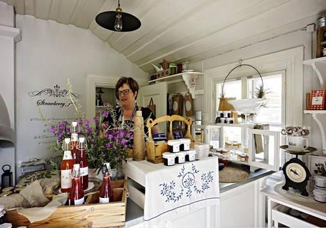 Katarina Ekblom on pitää pienen pientä hillo- ja marmeladipuoti Marmelad Kompanietia Pietarsaaren puutalokaupunginosa Skatan länsilaidalla.